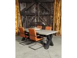 Betonnen tafel Vries met stoelen staand